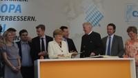 Merkel in Hof_Goldenes Buch.JPG