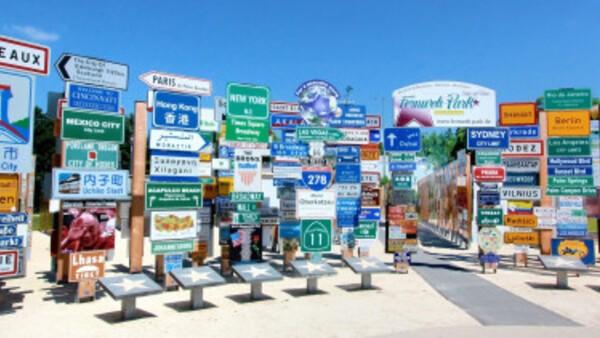 """© Klaus Beer/Panorama-Schilder-Weltkulisse des Fernweh-Parks """"Signs of Fame"""""""