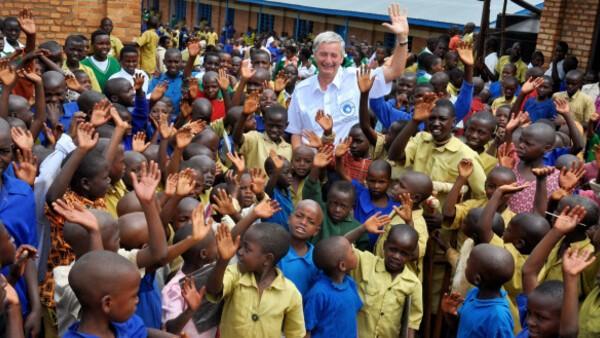 © Reiner Meutsch mit Kindern in Afrika und Indien bei der von ihm erbauten Schule